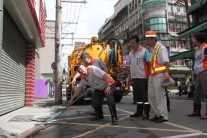 桃園市長蘇家明前往觀光夜市正康二街巡視清溝工作。