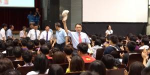 張光正校長慷慨激昂的致詞演說獲得學生歡呼